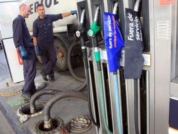 Rellenando carburantes en una gasolinera