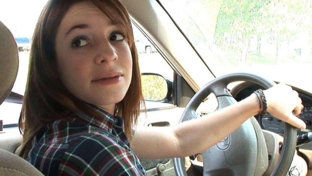 Una joven conduciendo