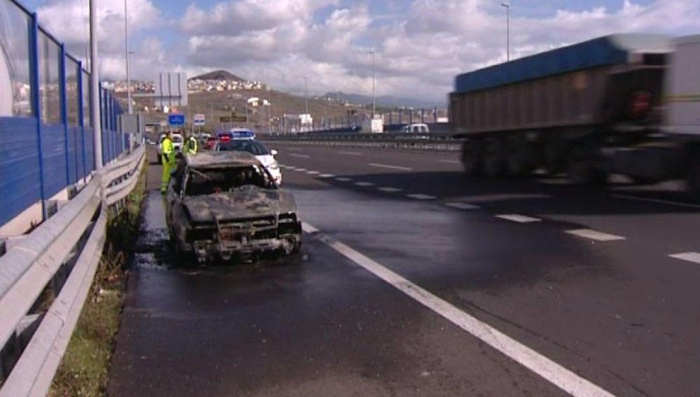 Un coche arranca a arder en mitad de la autopista