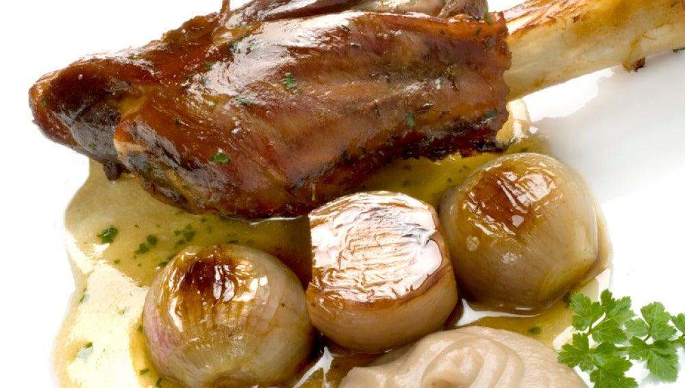 Jarretes asados con puré de manzana y castañas