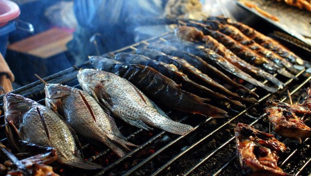 Pescados cocinándose en la parrilla