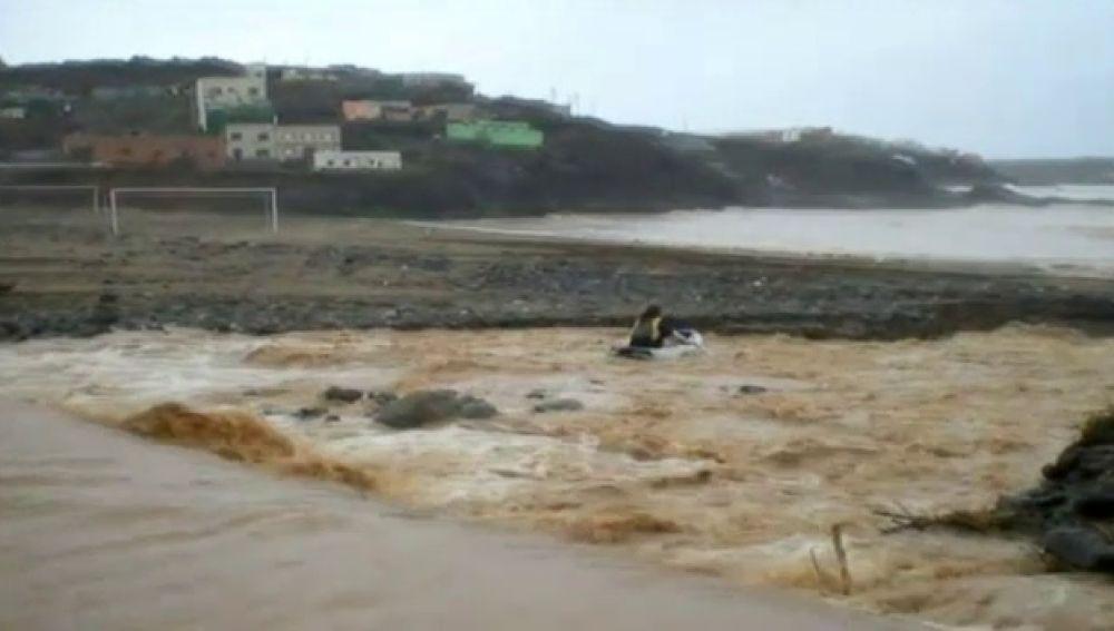 La lluvia permite practicar deportes de riesgo en Gáldar