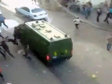 La Policía egipcia atropella a varios manifestantes