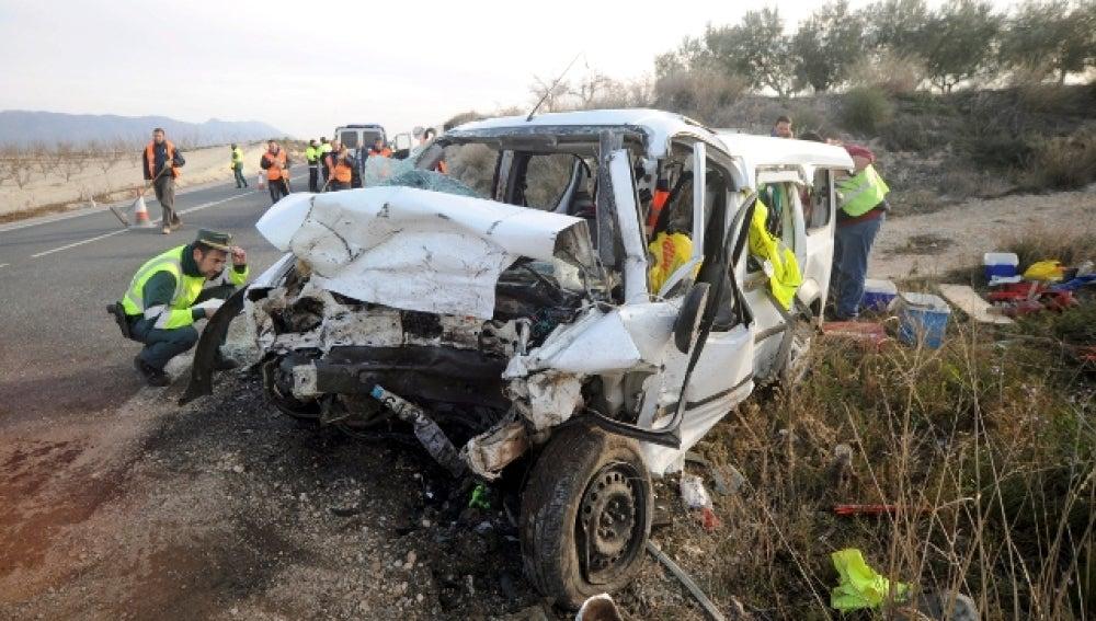 Un guardia civil examina la furgoneta que colisionó hoy frontalmente