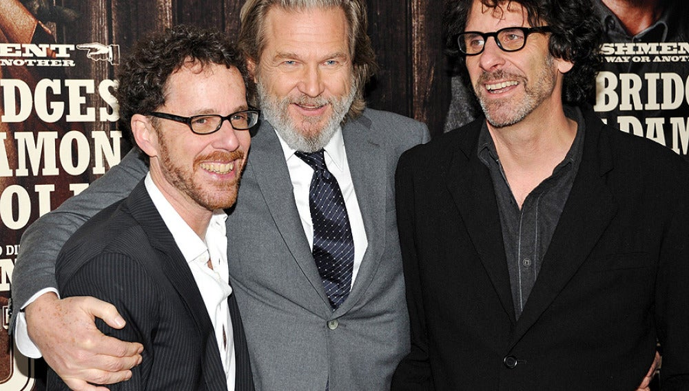 Los hermanos Coen con Jeff Bridges, protagonista de Valor de Ley