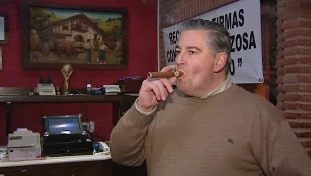 El dueño del asador fumaba un puro antes del cierre de su local