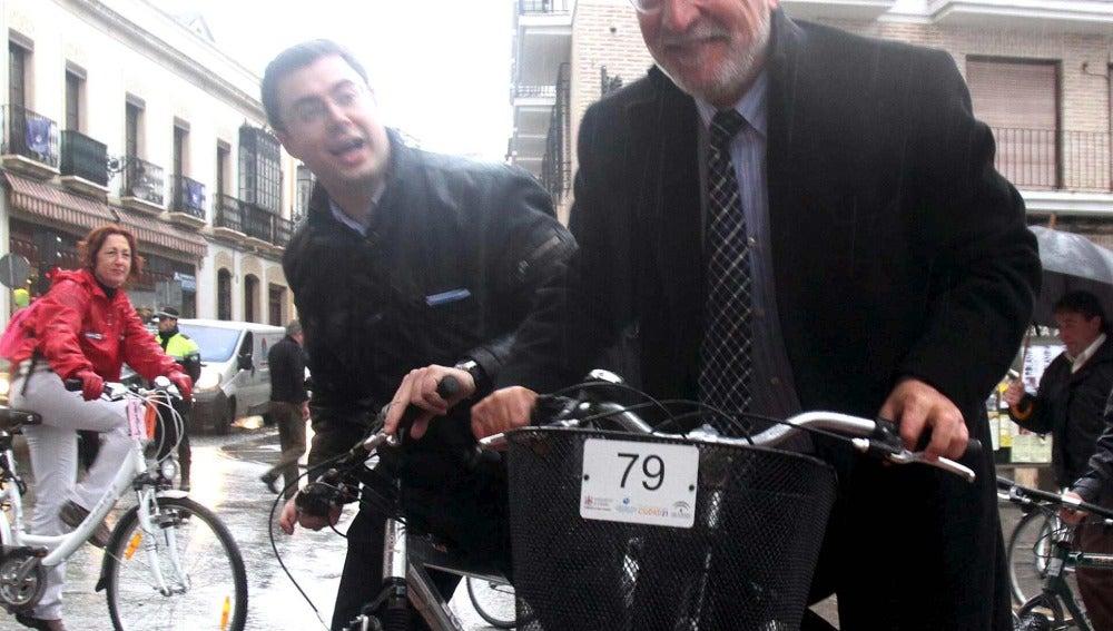 Pere Navarro, junto a otras autoridades, pasea en bicicleta