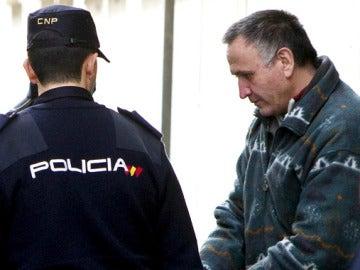Santiago del Valle a la salida del juzgado