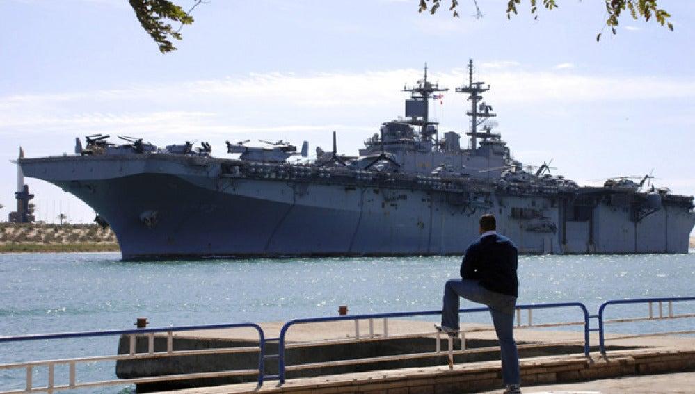 Un buque estadounidense cruza el canal de Suez