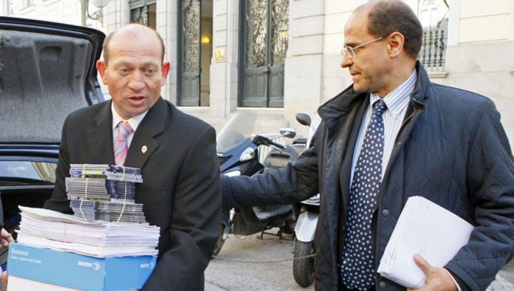 El abogado general del Estado, Joaquín de Fuentes Bardají, en el momento de presentar la demanda contra Sortu
