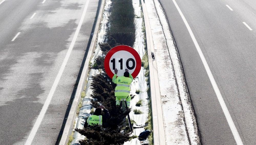 Un operario de Obras Públicas del Gobierno de Navarra modifica a 110 kilómetros/hora