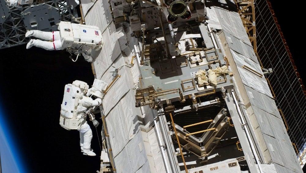Astronautas en una misión espacial