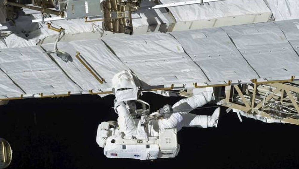 Un astronauta trabaja en la estación espacial internacional