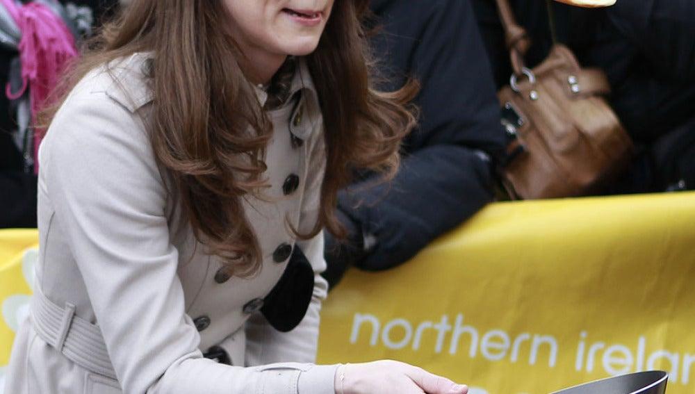 Kate Middleton concentrada en su tortita