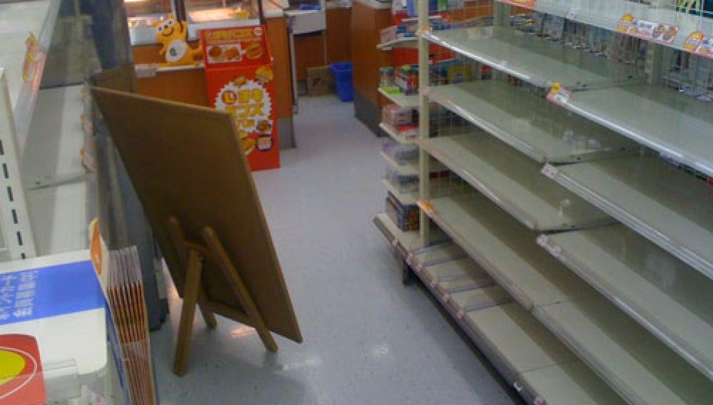 Las estanterías de un supermercado vacío