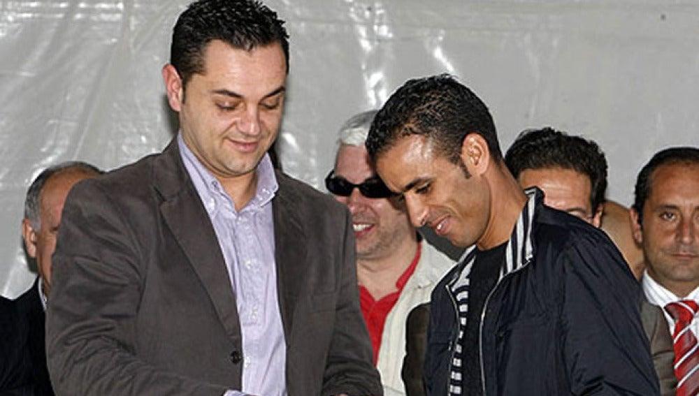 Ángel Espadas, a la izquierda, entrega un premio
