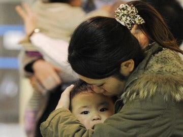 Una madre junto a su hija en un hospital de Japón