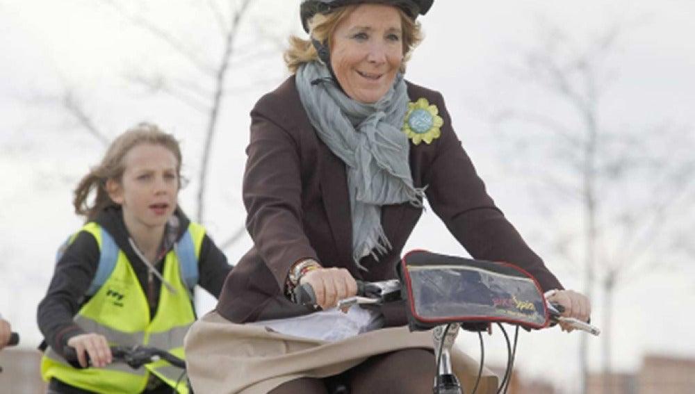 Esperanza Aguirre inaugura el 'Bosquesur' en bicicleta