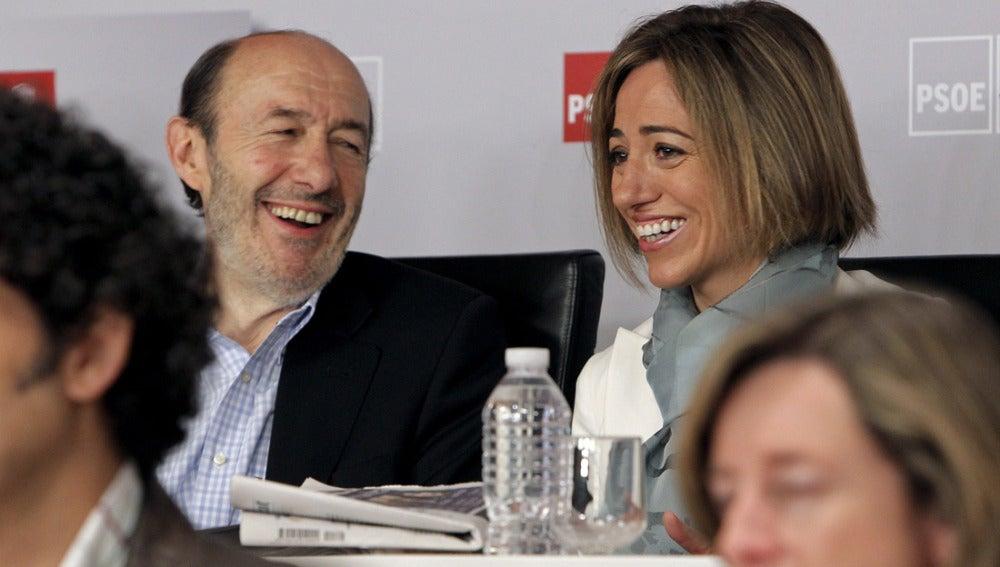 Rubalcaba bromea con Carme Chacón