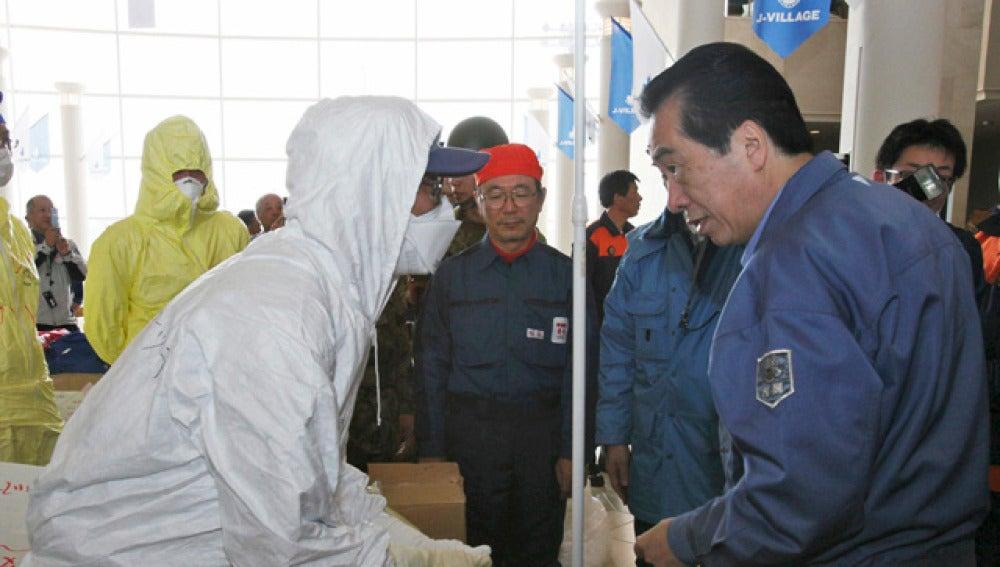 Naoto Kan conversa con un empleado de TEPCO
