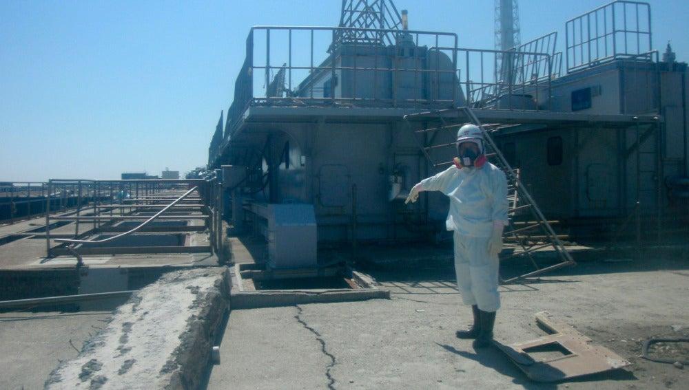 Un trabajador de Fukushima mostrando la toma de agua del segundo reactor en Fukushima
