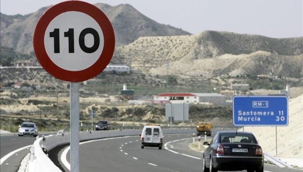 Señal con límite de velocidad a 110 km/h