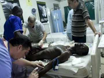 Un médico atiende a un herido en Abiyan