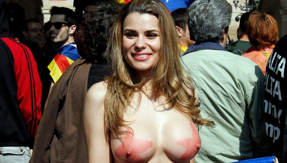 María Lapiedra, denuda ante el Parlament