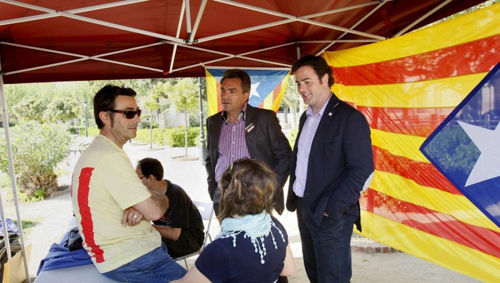 El diputado de Solidaritat Catalana per la Indepèndencia Uriel Bertrand conversa con miembros y simpatizantes de la coalición