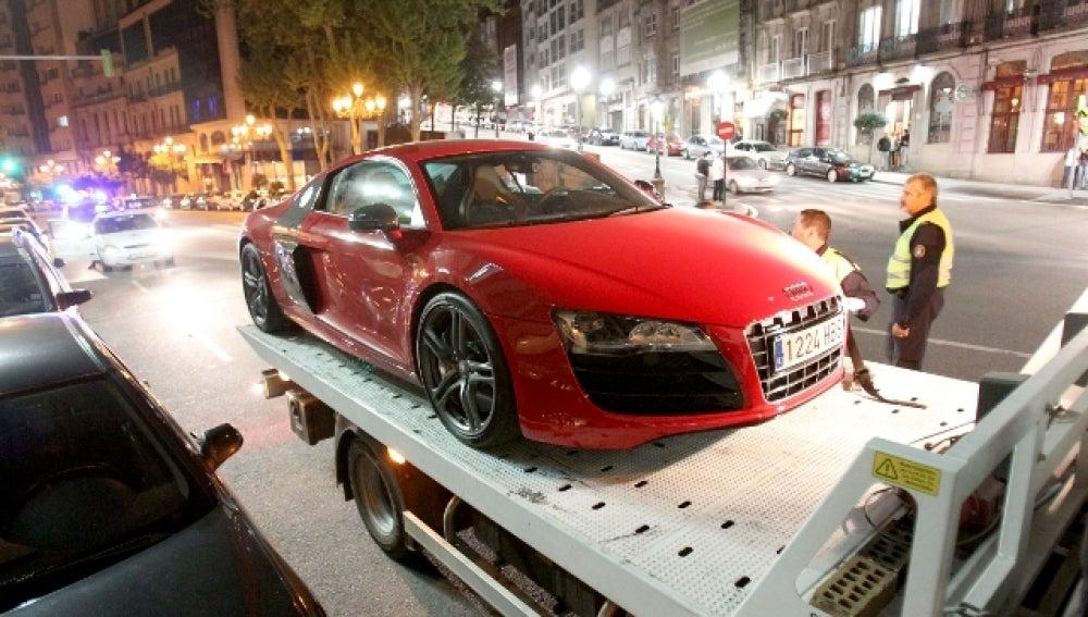 Una grúa municipal retira el Audi R8