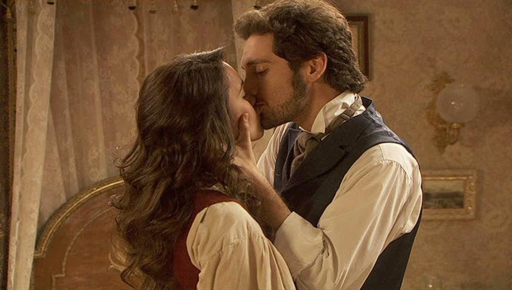 Tristán y Pepa se besan en la habitación de Angustias