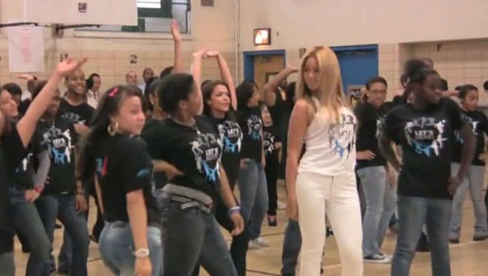 Beyoncé baila junto a unos estudiantes