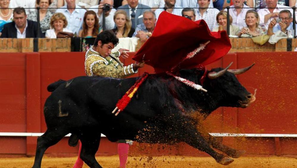 Cayetano durante la faena con la muleta a su segundo toro