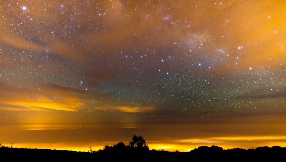 La Vía Láctea vista bajo una tormenta del desierto