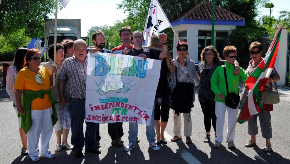 El preso etarra Ander Errandonea Arruti enarbola una pancarta a favor de Bildu