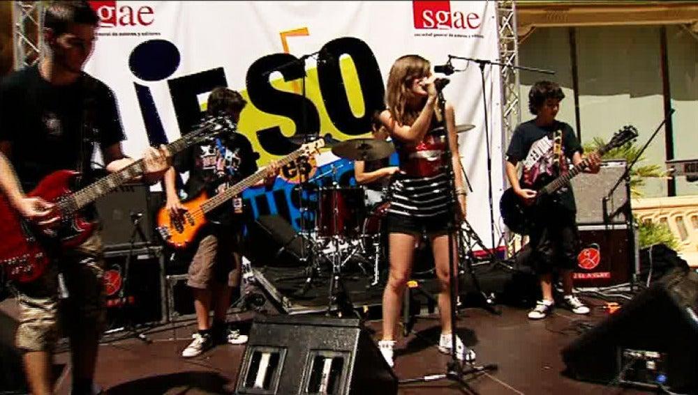 Uno de los grupos que se presenta al concurso de talentos musicales.