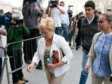 María José Campanario junto a su marido y su madre