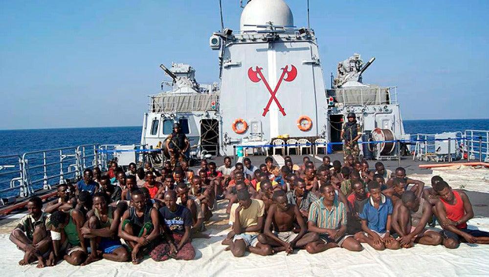 Piratas somalíes en una fragata