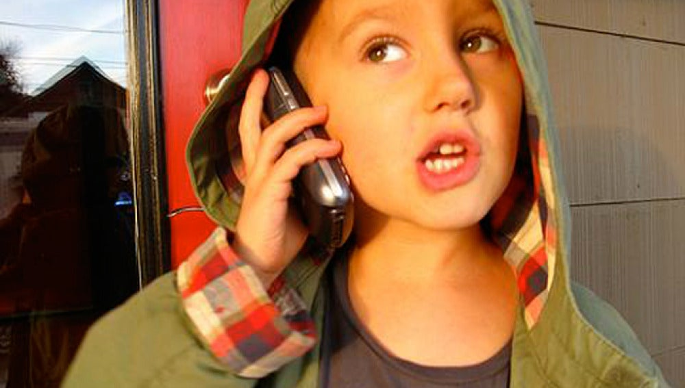 Un niño hablando por el móvil