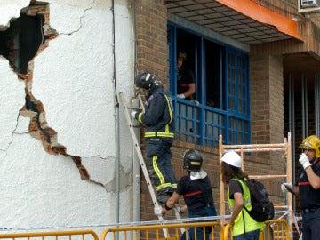Los bomberos examinan un edificio afectado en Lorca