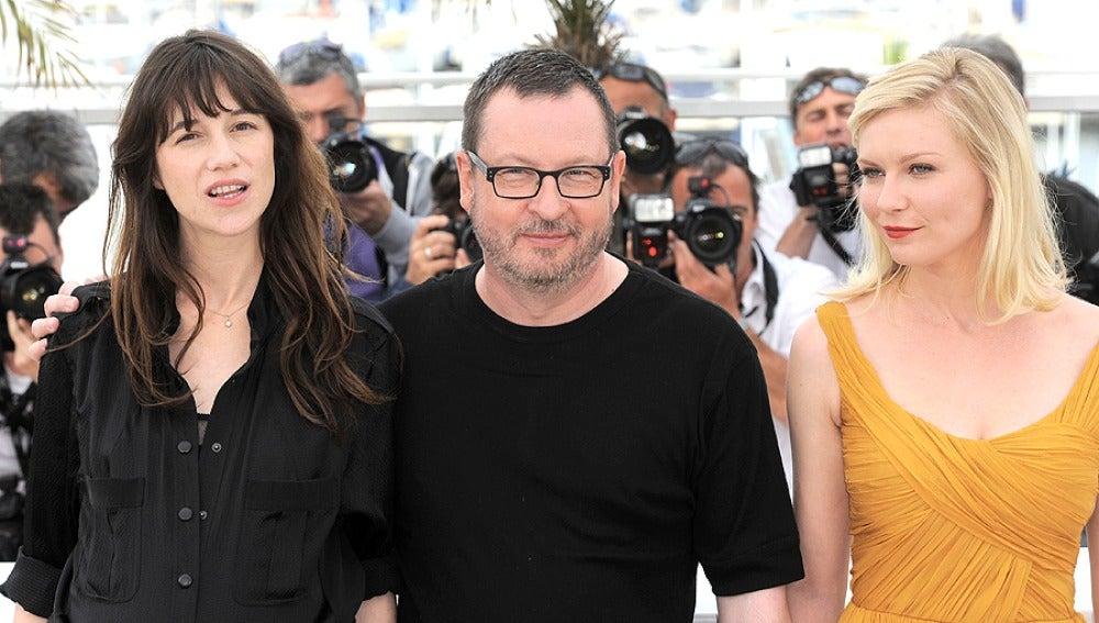 El realizador con Kirsten Dunst y Charlotte Gainsbourg
