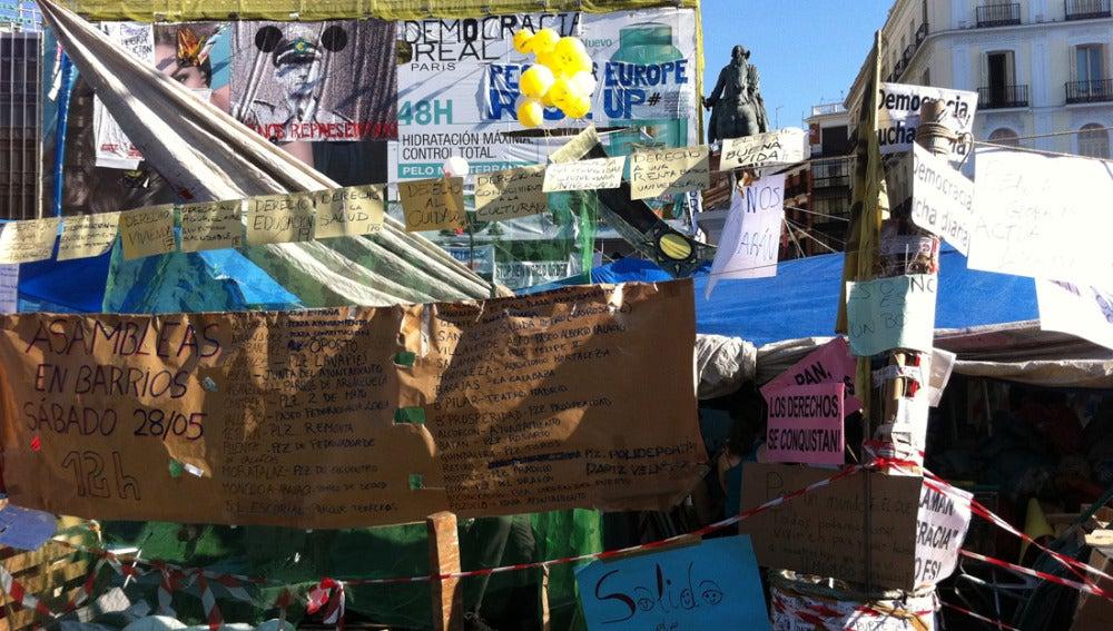 La plaza, llena de carteles reivindicativos
