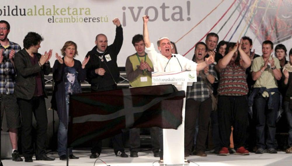 Los líderes de la formación Bildu, tras conocer los resultados electorales.