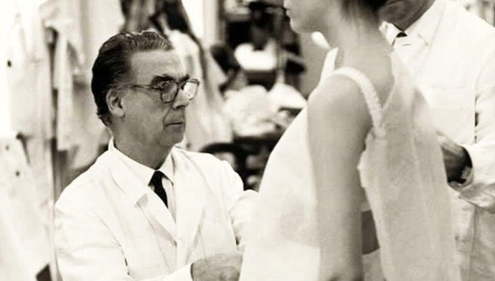Balenciaga en un momento de su trabajo como modisto.