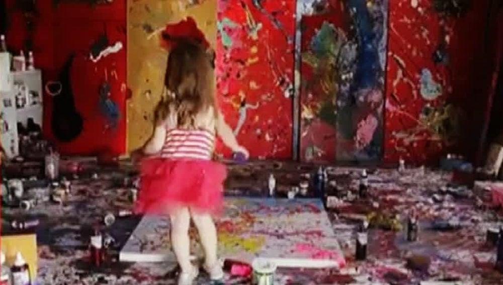 Una niña pintora de cuatro años