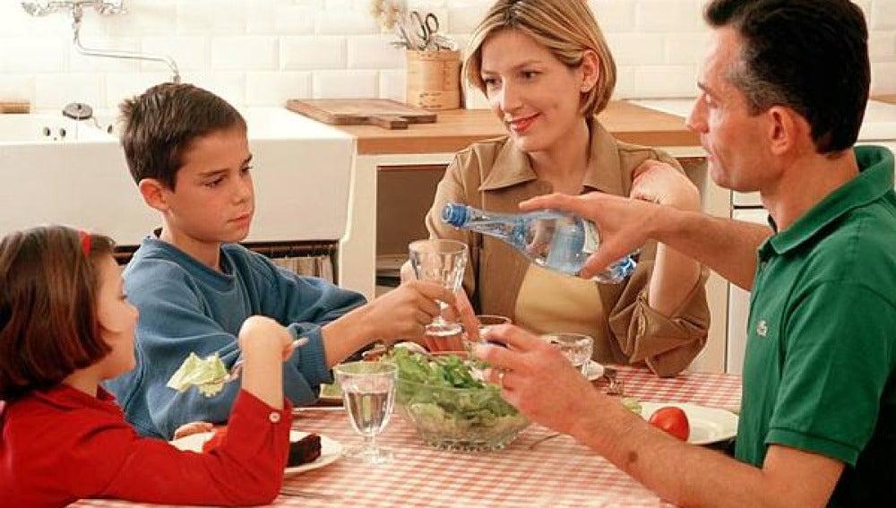 Una familia comiendo