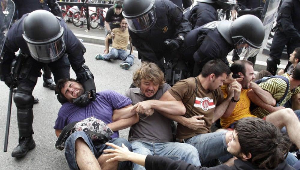Los Mossos cargan contra los acampados en la Plaza de Cataluña