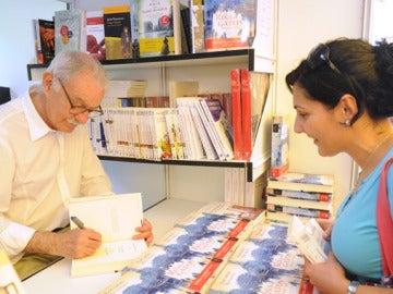Eduardo Mendoza firma libros en el Retiro