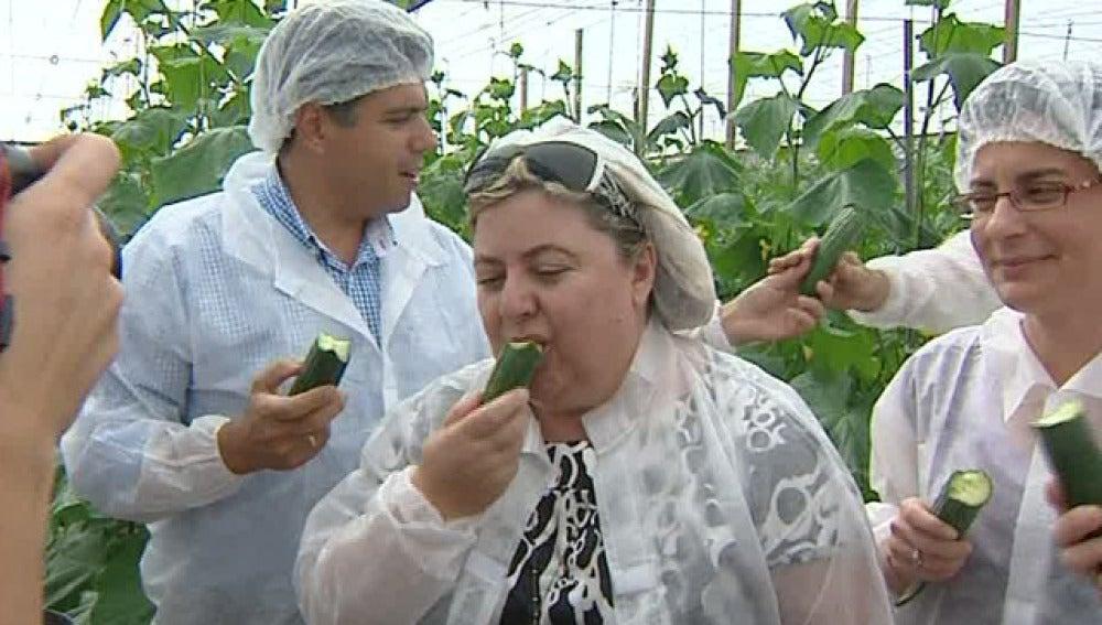 La consejera de Agricultura come pepinos andaluces