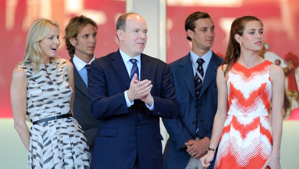Alberto de Mónaco y su prometida Charlene Wittstock, junto a Carlota, Andrea y Pierre Casiraghi